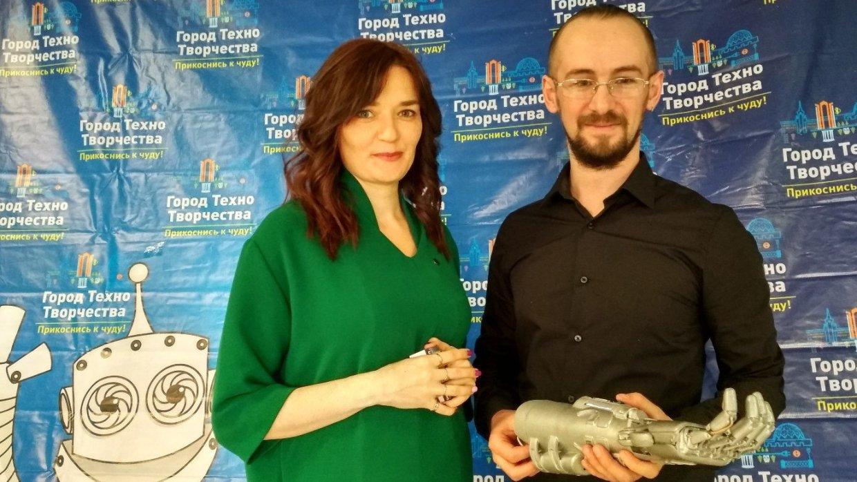 Уральский инженер-самоучка создал киберруку для девушки