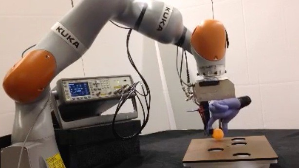 Перчатка, которая даст роботам чувство осязания