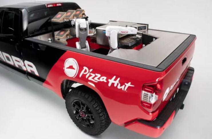 Робот готовит пиццу прямо во время доставки