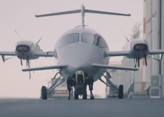 Один маленький робот буксирует самолет