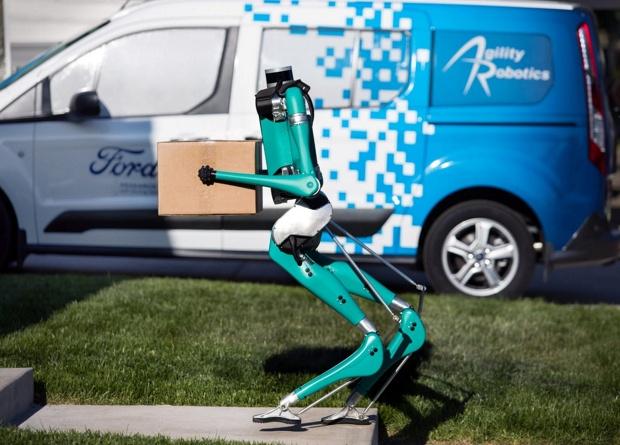 Доставка будущего: робоавтомобиль и двуногий робот