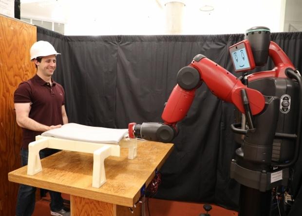 Робота научили работать с человеком, измеряя его мышечную активность